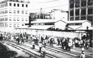 Horario de salida de un turno del Swift, en inmediaciones de calle Nueva York (La imagen es de la colección del Museo 1871)