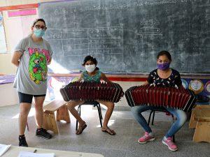 Noelia Sinkunas, una de las curadoras del espectáculo, junto a las bandoneonistas de la OE Guadalupe Varela, Mahilen Corvalan